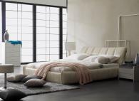 Тапицирано легло в светла тапицерия