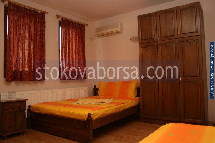 фирма за дървена спалня с гардероб от масив